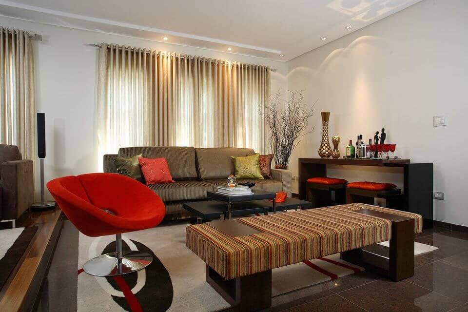 poltrona vermelha - sala de estar com poltrona vermelha e sofá marrom listrado