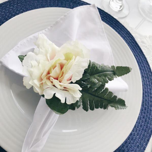 Porta guardanapo de tecido feito com flores