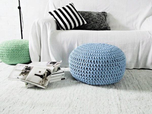 Puff de crochê azul na sala branca