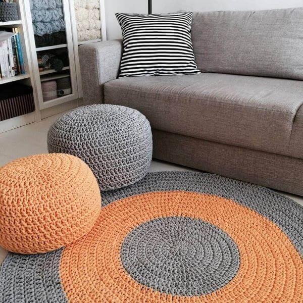 Combine o tapete com o puff de crochê