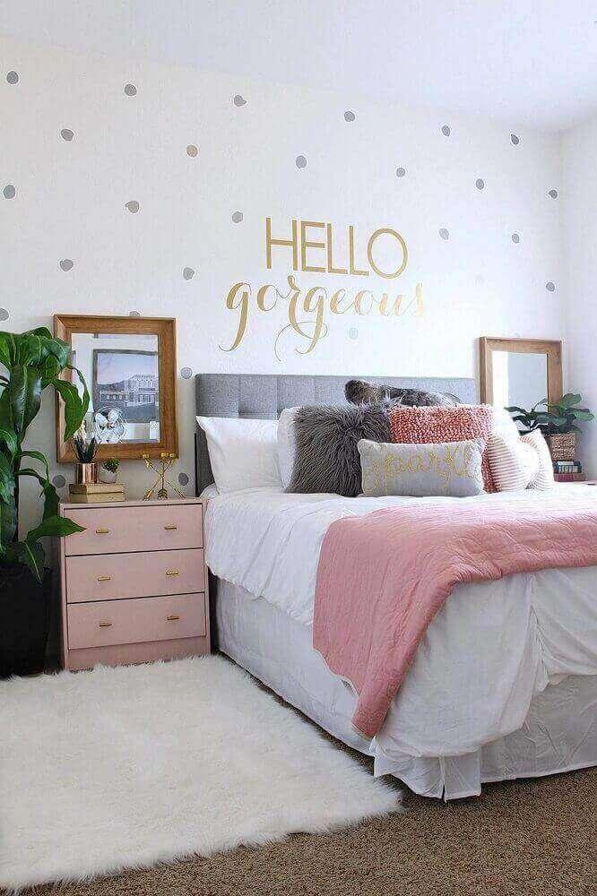 Quarto cinza e rosa com tapete branco neutro