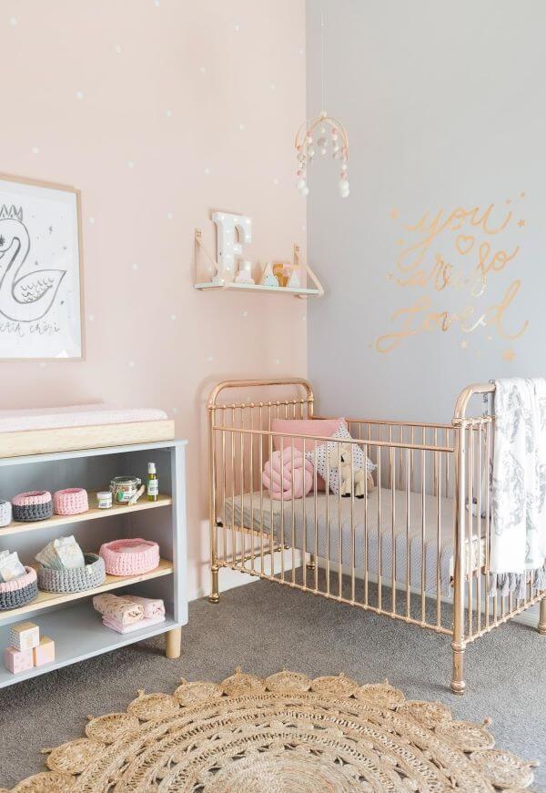 Quarto de bebê rosa e cinza com berço dourado