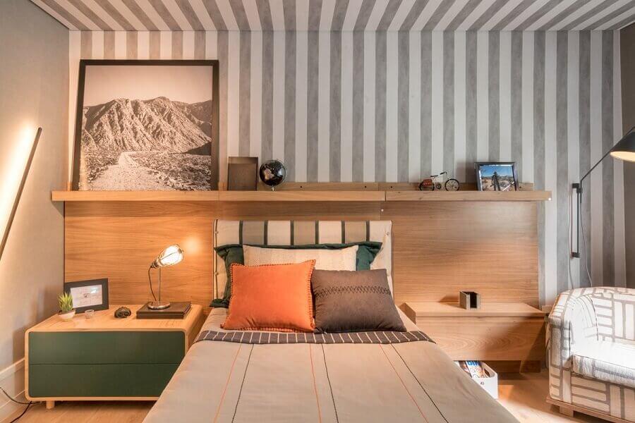 quarto de solteiro decorado em cores neutras com cama de madeira