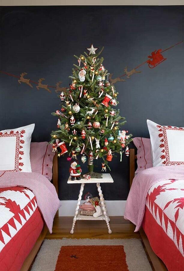quarto decorado com árvore de natal pequena decorada Foto Society Letters