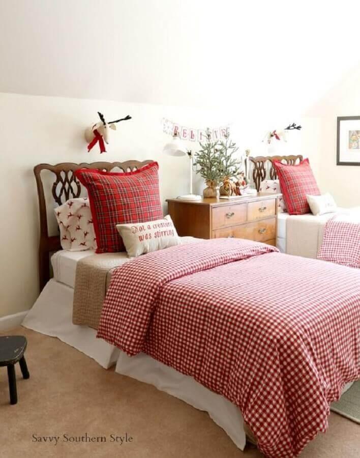 quarto decorado com cabeceira de madeira para cama box solteiro Foto Savvy Souther Style