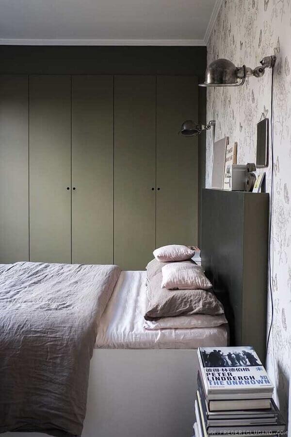 quarto decorado com guarda roupa planejado verde musgo Foto Apartment Therapy
