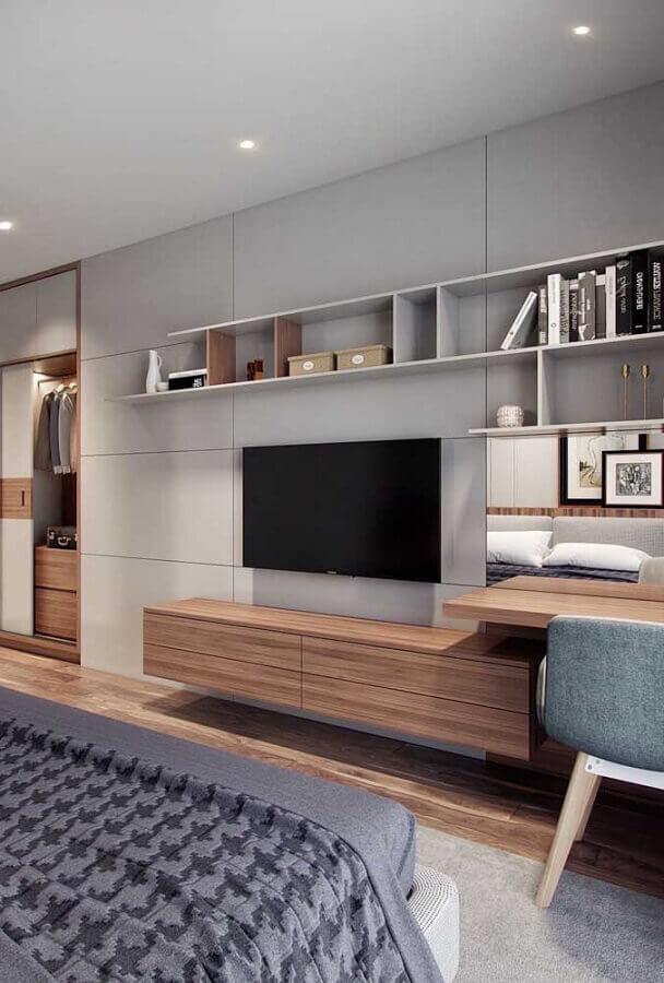 quarto decorado com rack de madeira Foto Pinosy