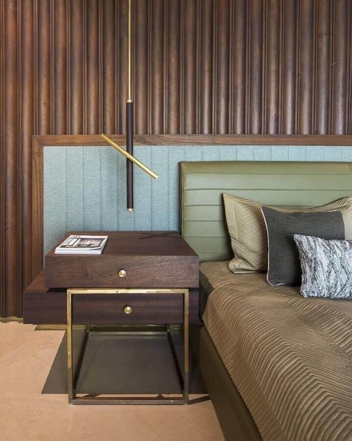 quarto decorado com revestimento de madeira e cabeceira verde musgo Foto La Kombina