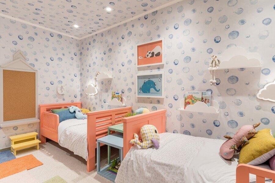 quarto infantil com decoração colorida