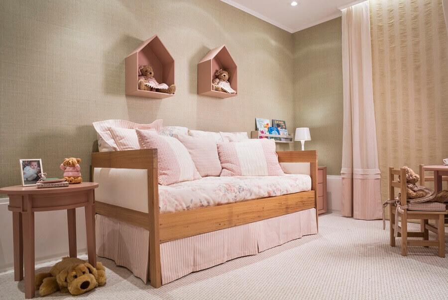quarto infantil decorado com cama de madeira e nicho de casinha