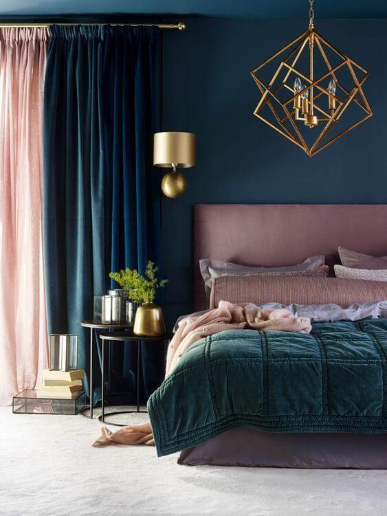 Quarto moderno com cama arrumada