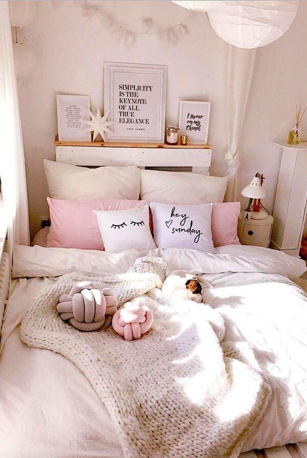 Quarto rosa claro com decoração branca delicada e feminina