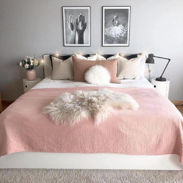 Quarto moderno com as cores rosa e cinza claro
