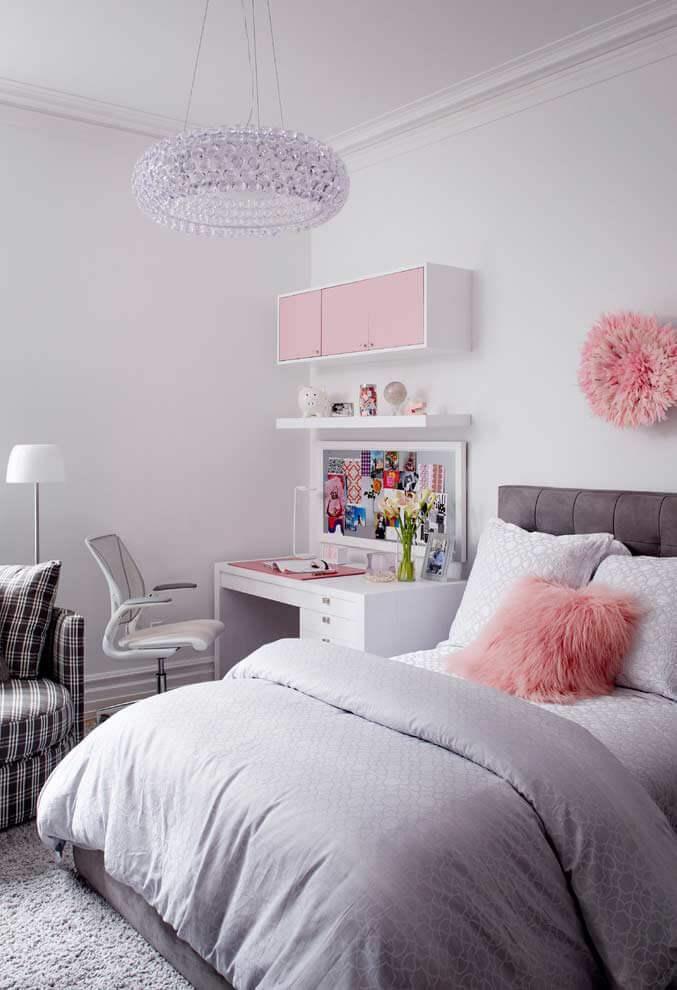 Quarto rosa e cinza com almofadas peludas