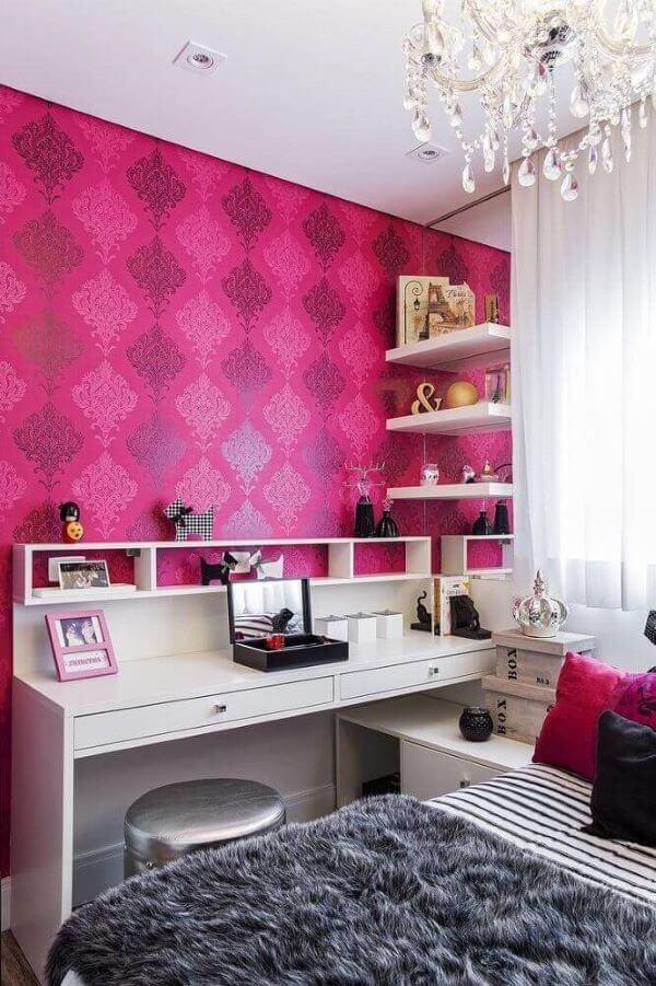 Use o papel de parede para ter um lindo quarto rosa