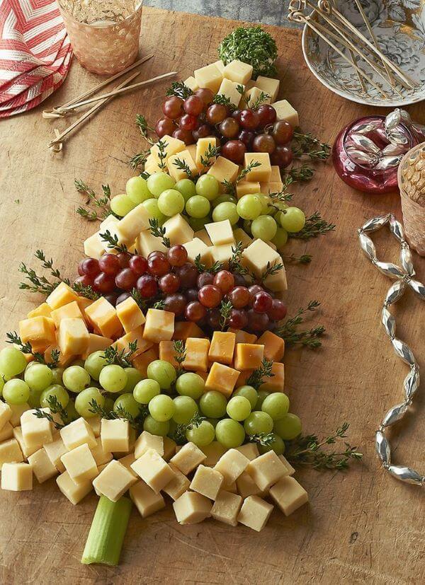 Queijos e frutas decorando a mesa de natal
