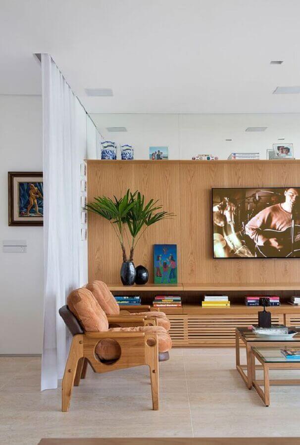rack de madeira para sala moderna decorada em tons neutros Foto Casa de Valentina
