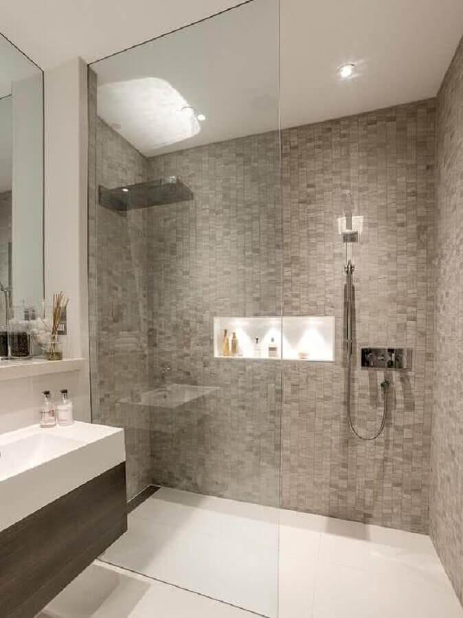revestimento cinza para banheiro com bancada branca e box de vidro Foto Pinosy