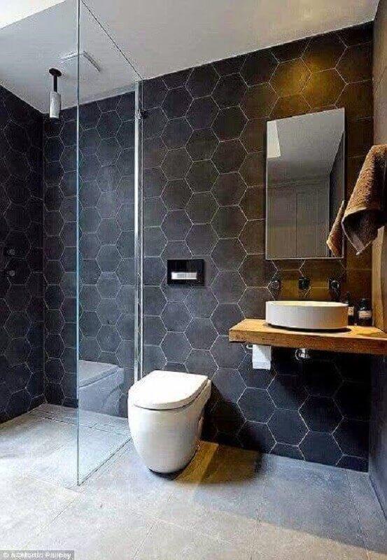 revestimento cinza para banheiro com bancada de madeira Foto Yelp