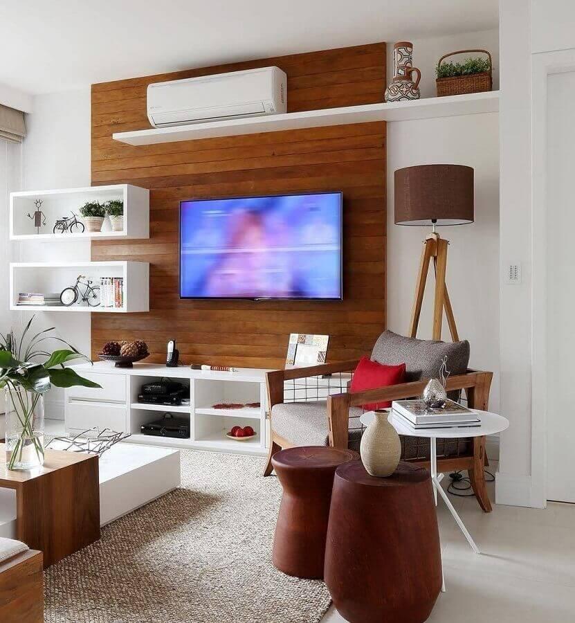 sala clean decorada com rack com painel de madeira Foto Pinterest