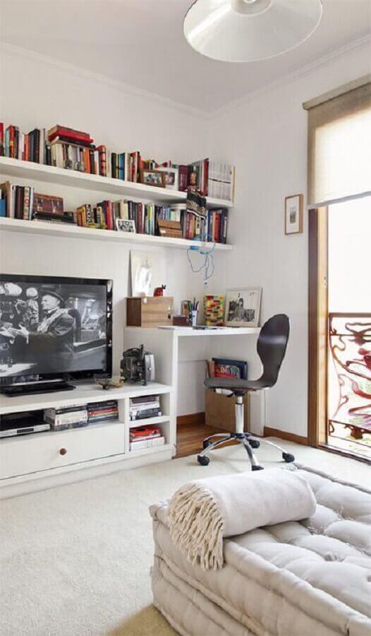 sala com escrivaninha branca e cadeira giratória sem braço simples Foto Assetproject