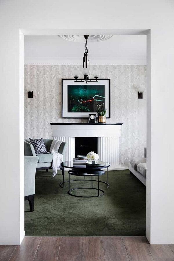 sala com lareira decorada com tapete verde musgo Foto Pinosy