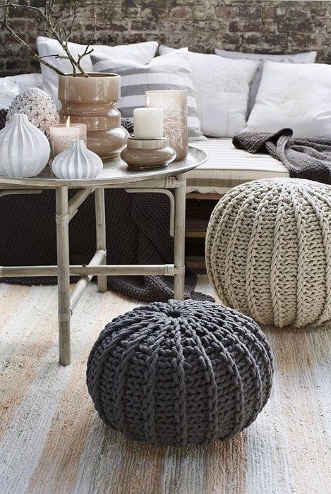 Sala com puff de crochê redondo