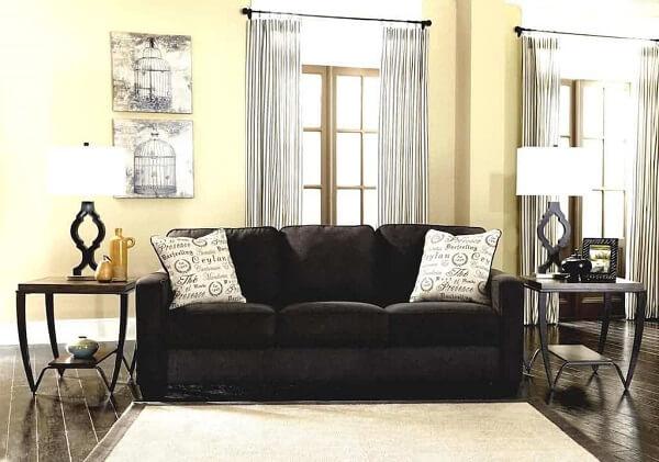 Sala de estar com sofá suede em tom preto