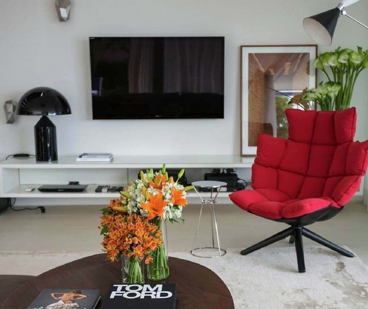 sala de TV decorada com poltrona vermelha Foto Fernanda Marques - Arquiteta