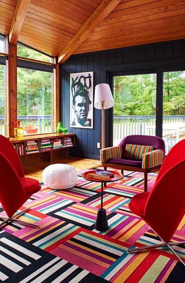 sala de estar decorada com tapete colorido e poltrona vermelha moderna Foto Home Fashion Trend