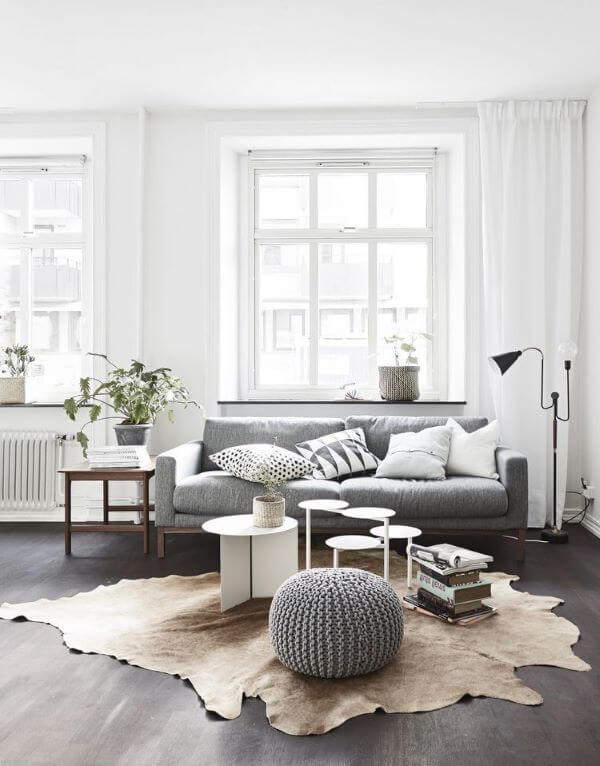 Sala de estar moderna cinza com puff de crochê