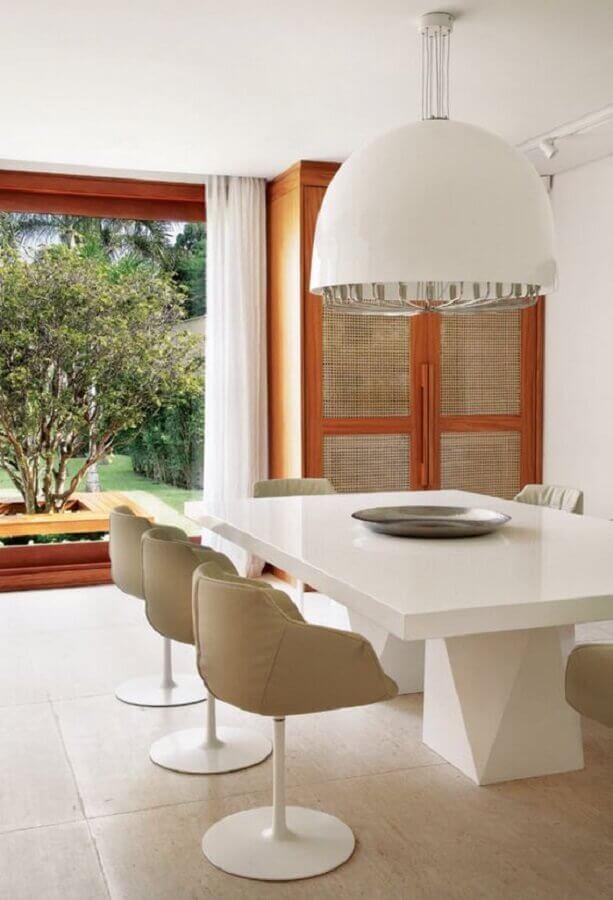 sala de jantar sofisticada decorada com cores neutras e cadeira de jantar giratória Foto Pinterest