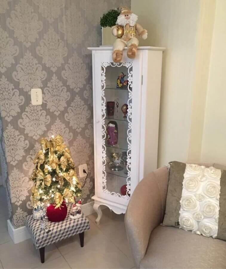 sala decorada com árvore de Natal pequena dourada Foto Singular Presentes e Decoração