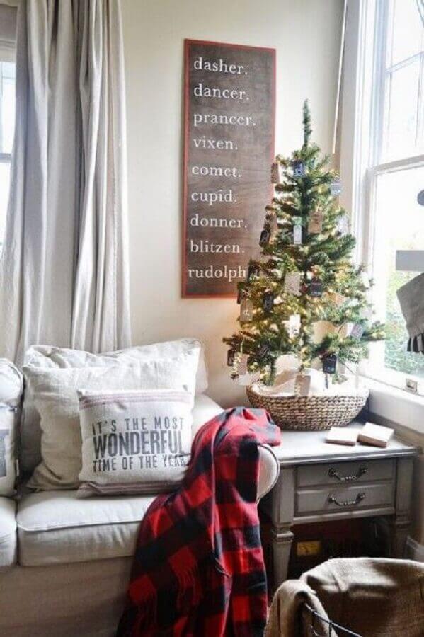 sala decorada com árvore de natal pequena simples Foto Pinterest