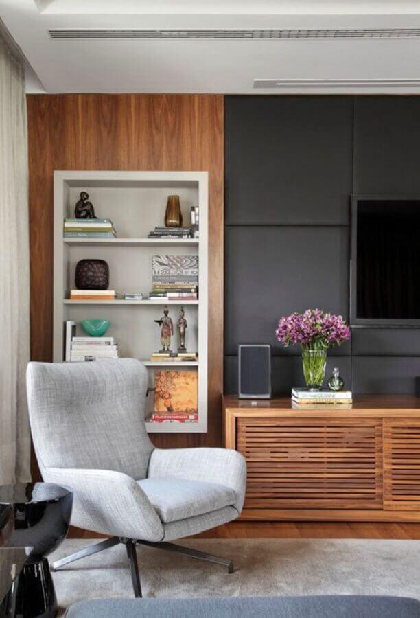 sala decorada com rack de madeira e parede com revestimento cinza Foto Pinterest