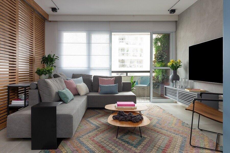 sala decorada com sofá de canto cinza e tapete colorido Foto Duda Senna Arquitetura