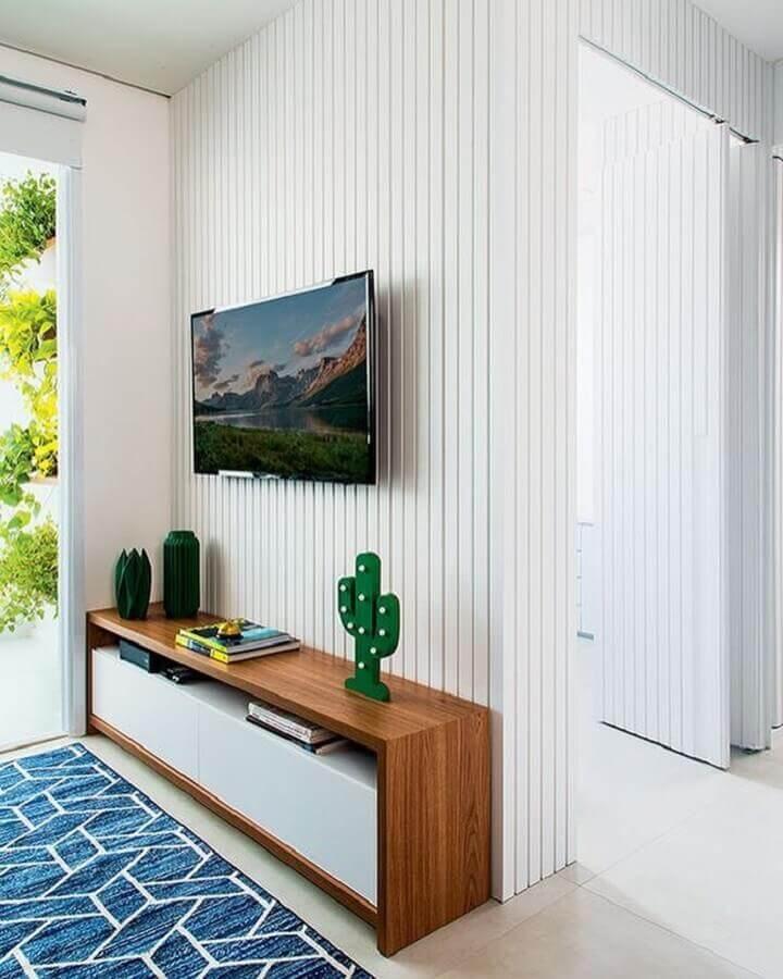 sala decorada com tapete azul e rack de madeira moderno Foto SuperVisinhogar