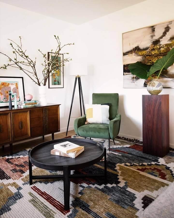 sala decorada com tapete estampado e poltrona verde musgo Foto Dabito