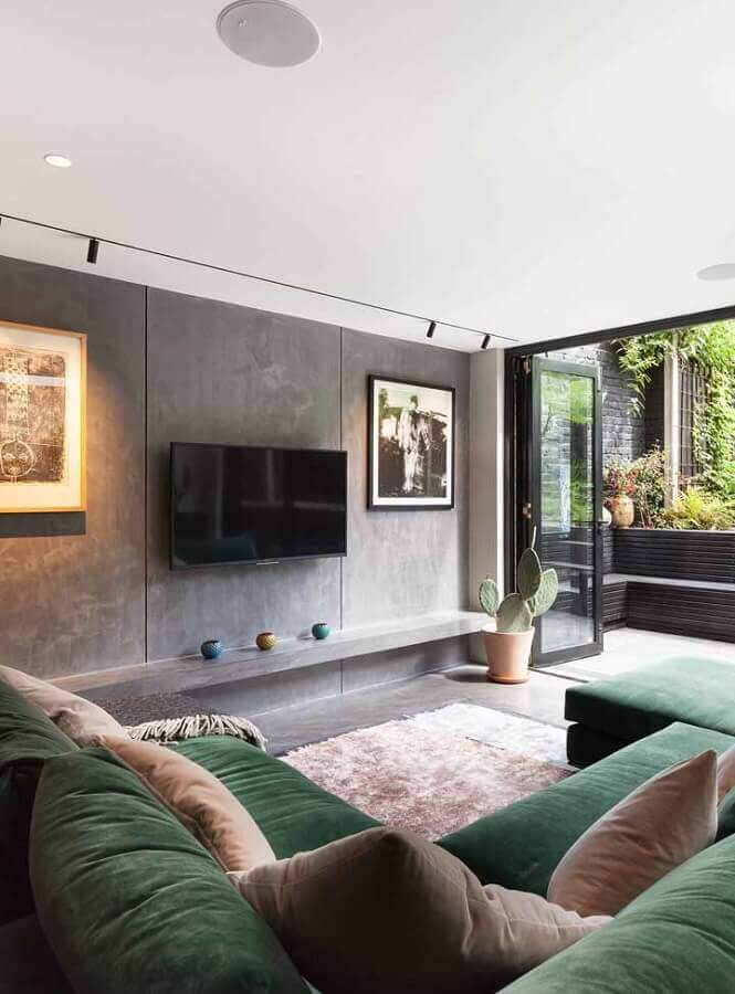 sala moderna decorada com cimento queimado e sofá verde musgo Foto Pinterest