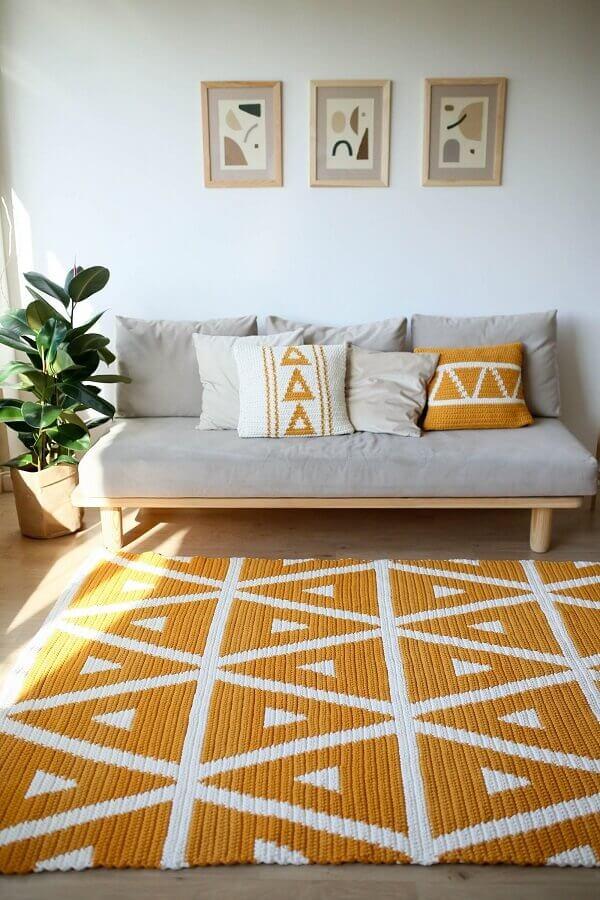 sala simples decorada com sofá cinza e tapete de crochê colorido Foto Pinterest