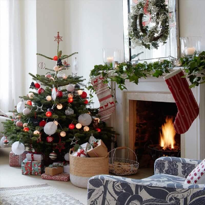 salsa decorada com árvore de natal pequena Foto Ideal Home
