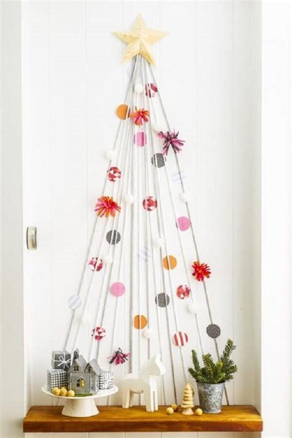 Salas pequenas podem ser decoradas com uma árvore de Natal na parede