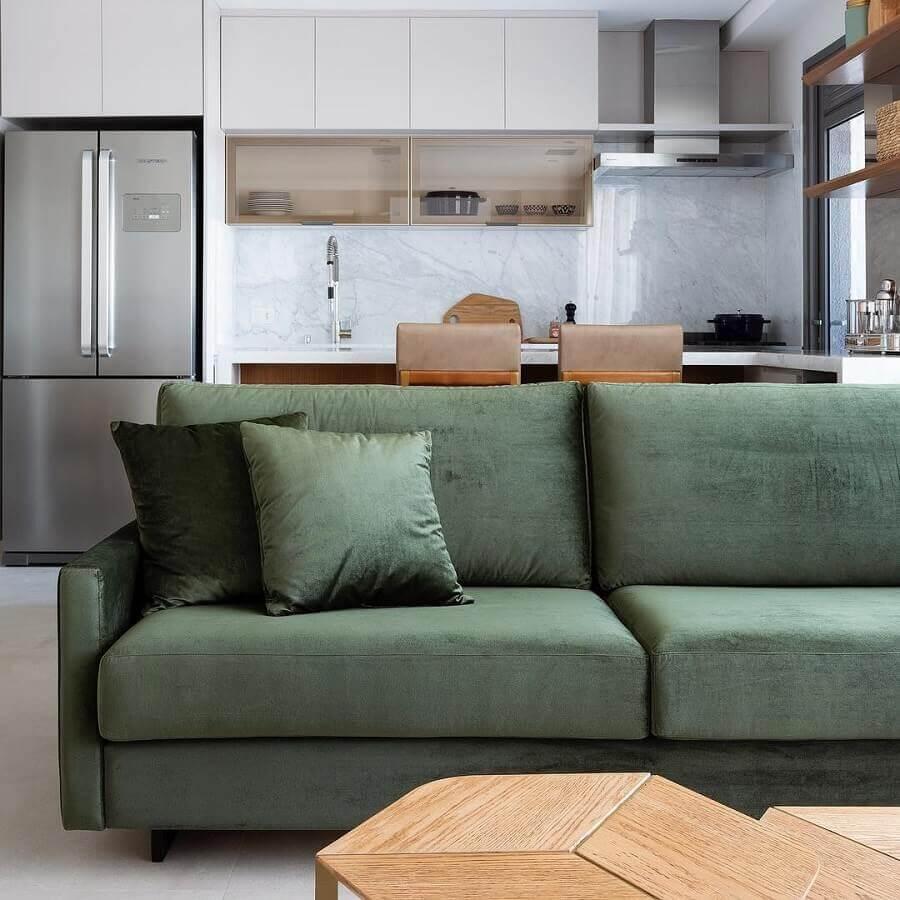 sofá verde musgo para ambientes integrados  Foto Doma Arquitetura