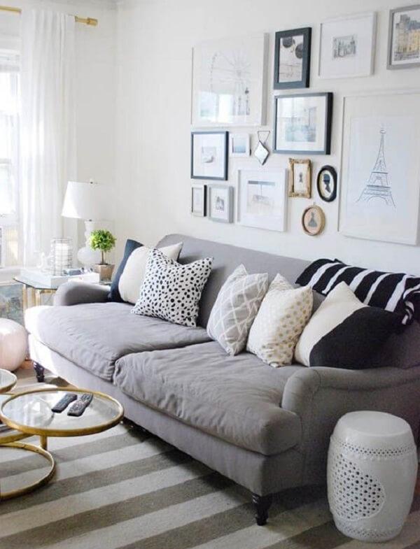 Sala de estar com sofá suede em tom cinza de dois lugares