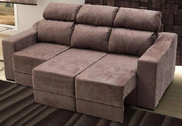 Sofá suede de três lugares com estrutura retrátil