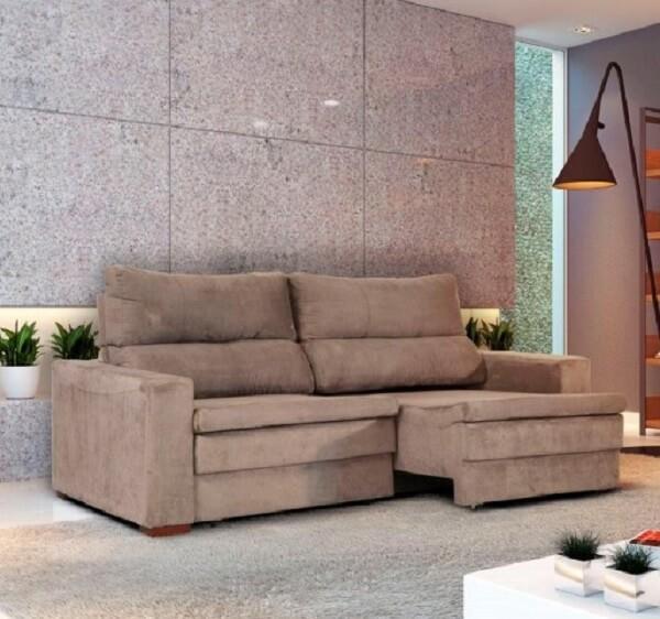 Sala de estar com luminária de piso e sofá suede retrátil