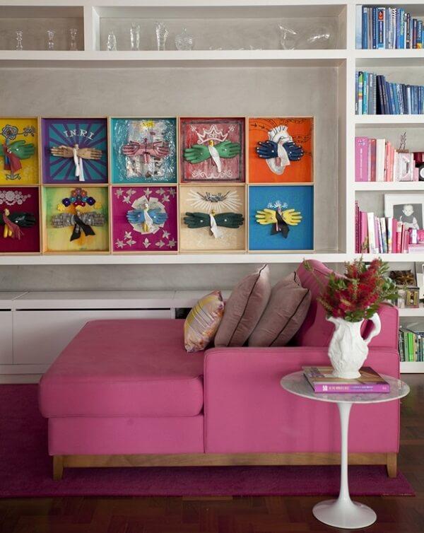 O sofá rosa complementa a decoração dessa sala de estar colorida