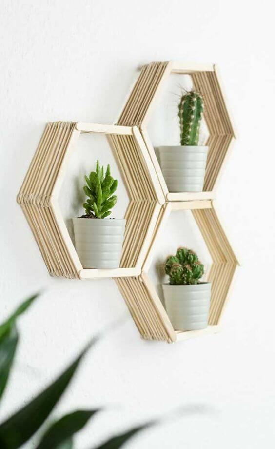 Suporte de madeira para plantas com vasos decorativos
