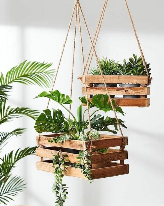 Suporte de madeira para plantas feito de caixote