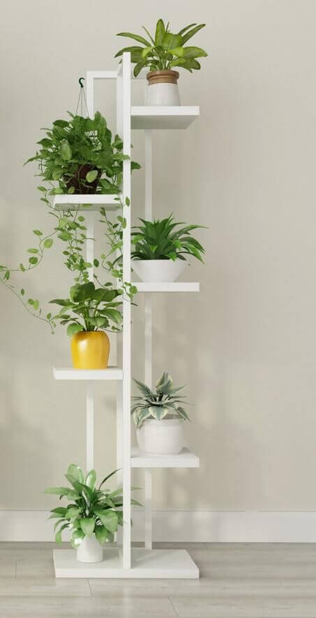 Suporte para planta de madeira com diferentes plantas